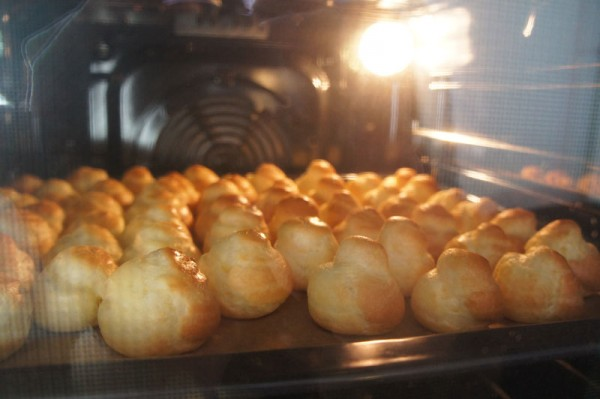 Choux pastry Puffs in the oven