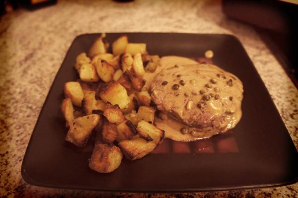 Filetto al pepe verde con patate al forno