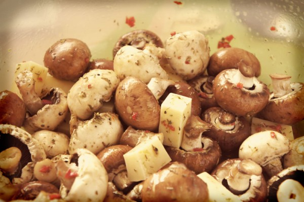 spiedini di funghi e formaggio marinati