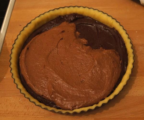 Secondo strato al cioccolato sulla crostata