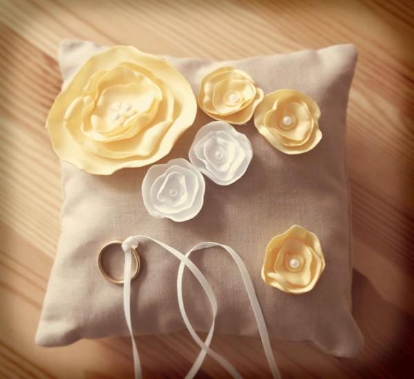 Cuscinetto per gli anelli fatto a mano