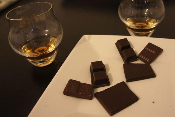 Cubetti di cioccolato e rum per la degustazione