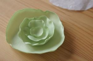 Posizionando i petali per creare un fiore di stoffa