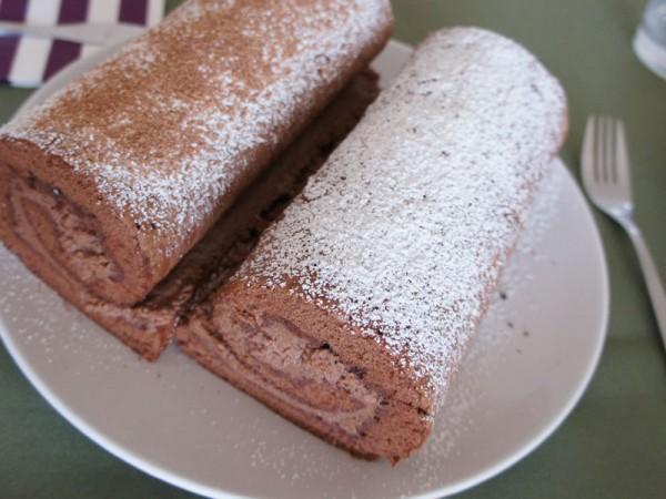 Rotolo di pan di spagna al cioccolato con crema al mascarpone e nutella
